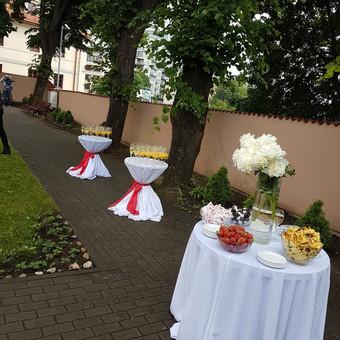 Šampano staliukas prie šv. Rapolo bažnyčios  lietingą Joninių šeštadienį