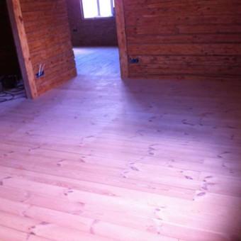 Medžio masyvo grindys.