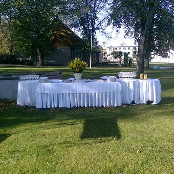 Pusryčių  stalas gražų penktadienio rytą gamtoje
