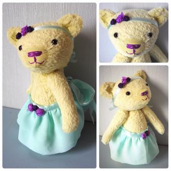 Viskozinė meškutė. Dydis apie 22 cm, juostelė ir sijonas nusiima. Žaislas saugus visiems mažyliams, judina rankas, kojas ir galvą.
