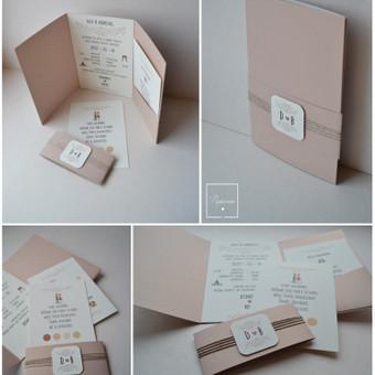 Kvietimas. Keturios dalys - kvietimo pagrindas su tekstu, 2 papildomos informacijos kortelės, dekoratyvi mova.  Dydis - 110 x 180