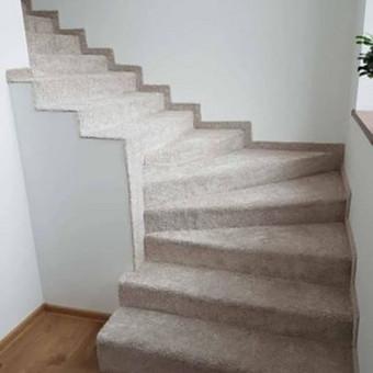 Betoniniai laiptai iškloti su kilimine danga Kaune