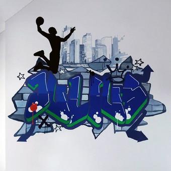 Sieninės tapybos kūrinys berniuko kambaryje.