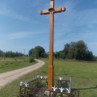 Kryžius , tašytas.