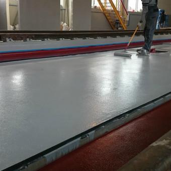 Įrengta 4 mm storio MAPEFLOOR SL savaime išsilyginanti epoksidinė grindų danga geležinkelio depe Vilniuje. Blizgus paviršius.  http://www.mapei.com/public/NO/products/6732-mapefloorsl-lt.pdf