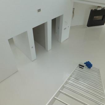 MAPEFLOOR SL savaime išsilyginanti epoksidinė grindų danga (balta) . Gyvenamasis namas. http://velvemst.lt/uploads/Mapefloor_SL_lt.pdf