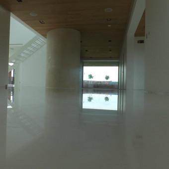 MAPEFLOOR SL savaime išsilyginanti epoksidinė grindų danga (balta) . Gyvenamasis namas. http://www.mapei.com/public/NO/products/6732-mapefloorsl-lt.pdf