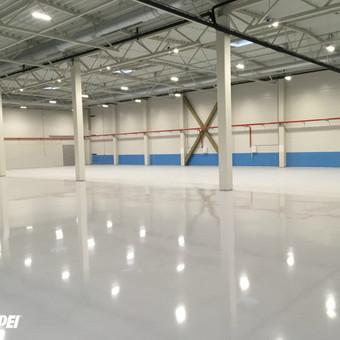 MAPEFLOOR SL savaime išsilyginanti epoksidinė grindų danga. Blizgus paviršius su dekoratyviniu pabarstu.  Sandėliavimo paskirties patalpos Kaune. http://www.mapei.com/public/NO/products/6732-ma ...