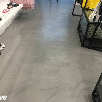 "ULTRATOP dekoratyvinio betono grindų danga. Natūralus efektas. Prekybinės paskirties patalpos ""SALT Concept"" Vilniuje.  http://velvemst.lt/uploads/517_ultratop_lt_160318.pdf"