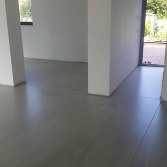 ULTRATOP cementinė savaime išsilyginanti grindų danga. Natūralus efektas. Individualus gyvenamasis namas.  http://velvemst.lt/uploads/517_ultratop_lt_160318.pdf