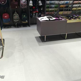 "ULTRATOP dekoratyvinio betono grindų danga. Natūralus efektas. Parduotuvių ""Trip shop"" patalpos Kaune.  http://velvemst.lt/uploads/517_ultratop_lt_160318.pdf"