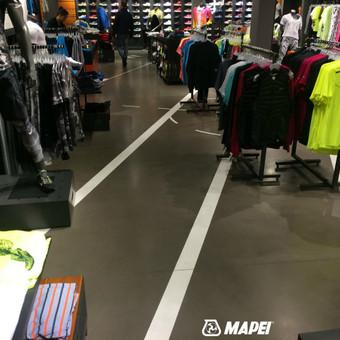 ULTRATOP cementinė savaime išsilyginanti grindų danga. Poliruotas efektas. NIKE parduotuvė Vilniuje.  http://velvemst.lt/uploads/Ultratop_LT.pdf