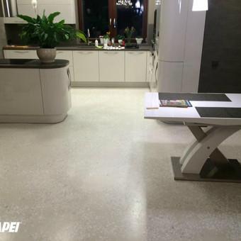 """ULTRATOP cementinė savaime išsilyginanti grindų danga. """"Terrazzo"""" efektas su marmuro užpildais, privačios patalpos. http://velvemst.lt/uploads/517_ultratop_lt_160318.pdf"""