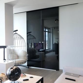 Stumdomų durų sistema. 8mm grūdintas, juoda veidrodine plėvele padengtas stiklas