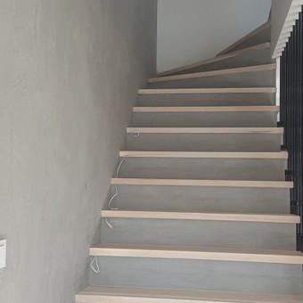 Laiptų apdaila dekoratyviniu betonu- rezultatas