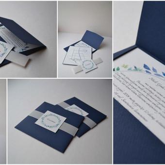 Kvietimas. Trys dalys - rankų darbo vokas, dvipusė teksto ir žemėlapio kortelė, dekoratyvi mova.  Dydis - 140 x 140
