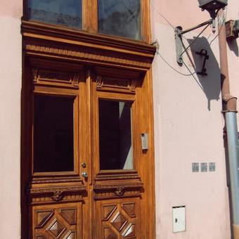 Lauko durys po retauracijos.
