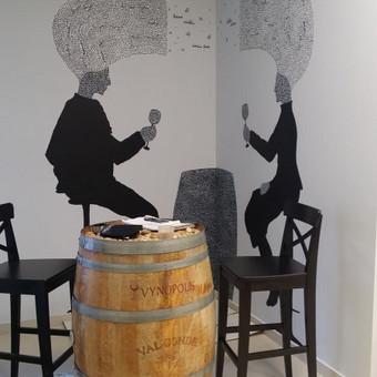 Grafika ant sienos Vyno parduotuvėje.