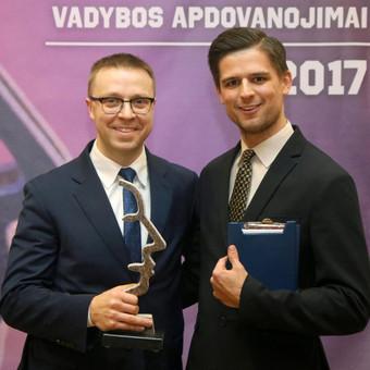 Renginių vedėjas Justinas Daugėla kartu su geriausiu 2017 m. Lietuvos sporto vadybininku Pauliumi Motiejūnu