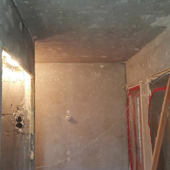 Paruošiamieji darbai. Seno tinko, glaisto dažų šveitimas .Paruoštų tolimesniems darbams sienų, lubų pavyzdys.