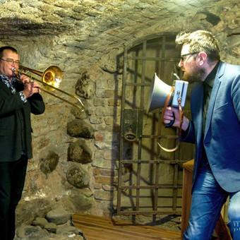 """Ekskursija su džiazu ir poezija Vilniaus rotušės rūsiuose . """"Skambantys rūsiai"""""""