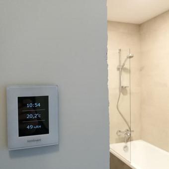 Galima stebėti pagrindinius rodiklius :  patalpos drėgmę, patalpos temperatūrą ir laiką.