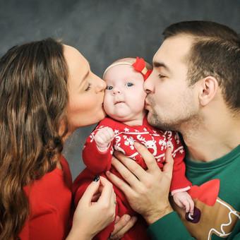 """Teminė - Kalėdinė šeimos fotosesija studijoje ( """"Shoop"""" studija Kaune + papildomas mokestis už studiją ), dienos šviesos studija didžiulis privalumas fotografuojant šeimą, didžiulė erdvė ..."""