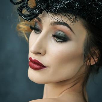 """Portretas. Idėjinė - asmeninė fotosesija (komandinis darbas), su profesionaliu makiažu, įvaizdžio kūrimu, šukuosena, rūbai, stilizuota, fotografuota """"Shoop"""" studijoje Kaune."""