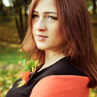 Portretas. Lapų apsuptyje, lapų dekoras. Gamtoje, nėštukės fotosesija, rudens peizažas, nuotaika, spalvos.