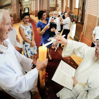 Krikštynų akimirka bažnyčioje.