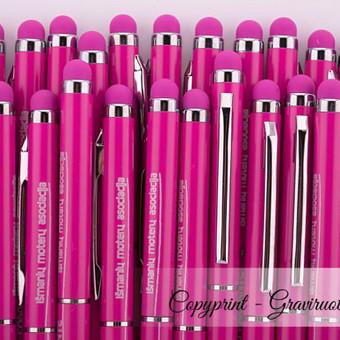 Tušinukai su logotipu. Tušinukų graviravimas su logotipu ir šūkiu. Tušinukai su touch screen galiuku, ploni moteriški tušinukai. Metalinis korpusas, rožinės spalvos.