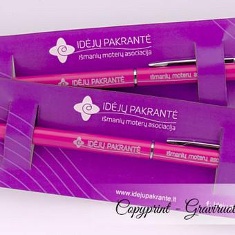 Reklaminiai tušinukai su logotipu ir šūkiu. Metalinis korpusas, graviruoti, rožinės spalvos, itin lengvi ir ploni, reprezentacinėje pakuotėje.