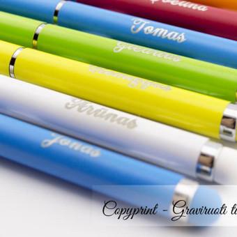 Personalizuoti tušinukai su vardais kolektyvui. Puiki asmeninė dovana. Graviruoti metaliniai tušinukai. Lenvi ploni spalvoti tušinukai su vardais.