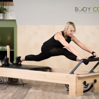 Pilates treniruotė ant pilates įrenginio reformerio