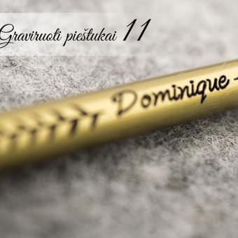 Graviruotas medinis pieštukas su vardu ir ornamentu.
