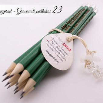 Graviruoti pieštukai su tekstu padėkos dovanėlė kiekvienam renginio svečiui. Mediniai pieštukai su vardais. Pieštukai su logotipais.