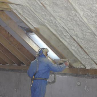 Stogo šiltinimas  Visi žino, kiek daug šilumos netenkama per nesandarų stogą, nes šiluma visuomet kyla aukštyn. Yra paskaičiuota, kad nekokybiškai apšiltinus stogą galima netekti iki 80% ...